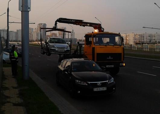 Virhepysäköinti ja sen seuraukset. Satunnainen kuva Minskistä.
