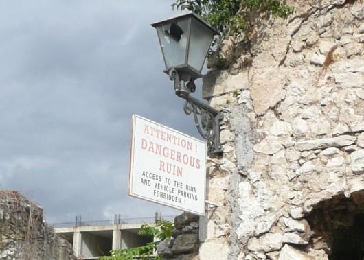 Vaarallisesta rauniosta varoittava kyltti Mostarissa.