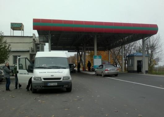 Auto ja ihmiset todistettavasti Transnistrian kamaralla. Kuvassa raja-asema.